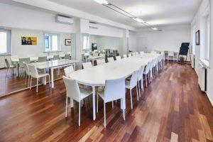 ufficio open tavolo lungo illuminazione spazi esclusivi