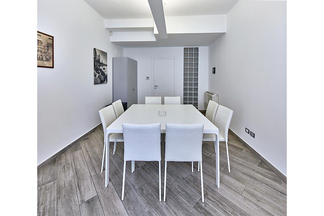 ufficio studio  ufficio stile minimal tavolo bianco illuminazione spazi esclusivi