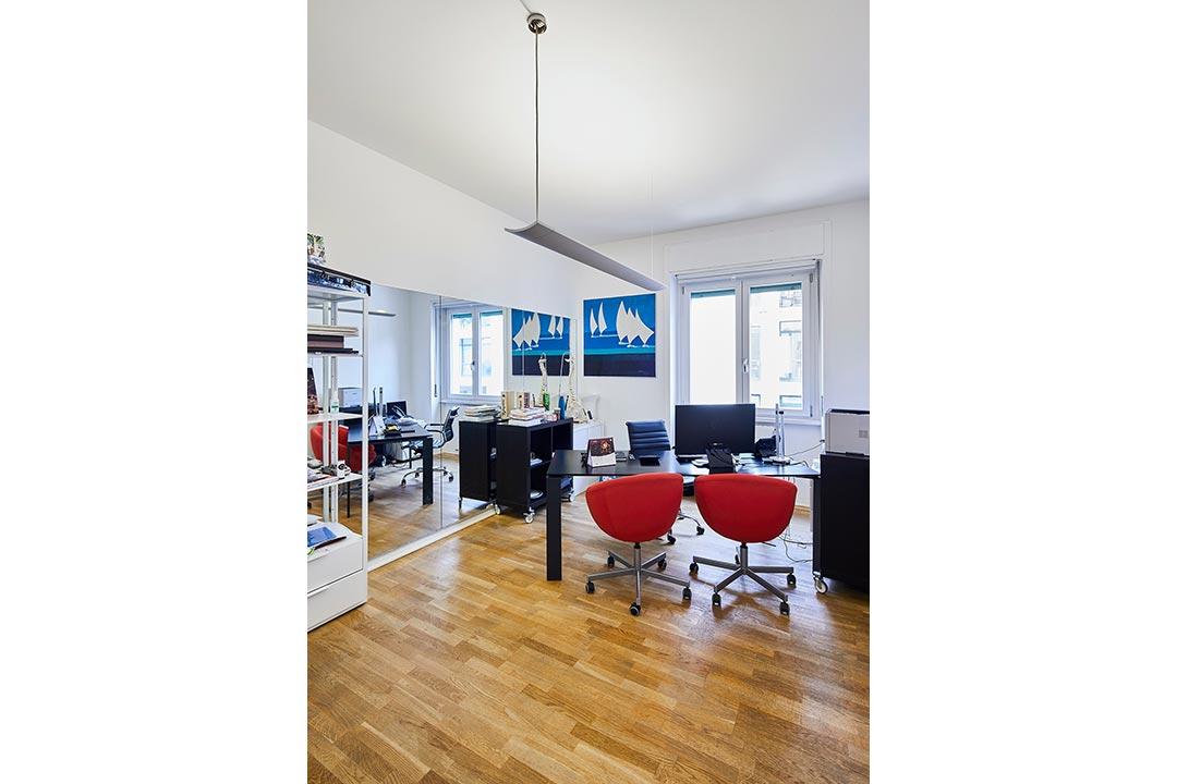 ufficio studio  ufficio stile minimal sedie rosse spazi esclusivi